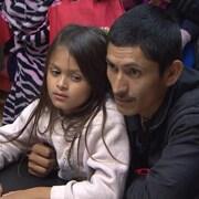 Une enfant et son père.
