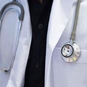 Gros plan sur un stéthoscope autour du cou d'un médecin.