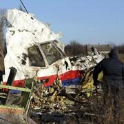 Des hommes inspectent la carcasse de l'avion