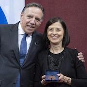 Le premier ministre François Legault et la ministre McCann posent pour la caméra dans le Salon rouge de l'Assemblée nationale