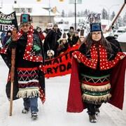 Les trois chefs héréditaires des Wet'suwet'en participent en tenue traditionnelle à un rassemblement à Smithers, en Colombie-Britannique, le 21 février.