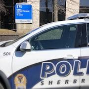 Une voiture du Service de police de Sherbrooke devant le palais de justice de Sherbrooke.