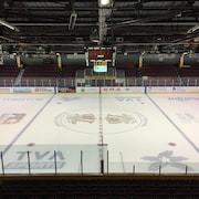Une patinoire est vide avant le début d'une partie de hockey.