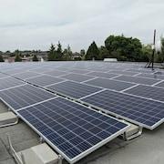 Des panneaux solaires sont disposés sur le toit d'un édifice.