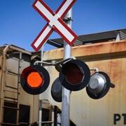Des feux de circulation avertissent les automobilistes de la venue d'un train du Canadian Pacifique à un passage à niveau près du centre-ville de Calgary.