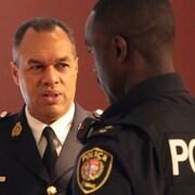 Peter Sloly en discussion avec un agent de police.