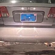 La plaque d'immatriculation à l'arrière d'une voiture.