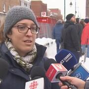 L'élue répond aux questions des journalistes à l'extérieur, lors d'une journée hivernale