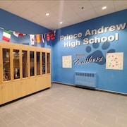 Une entrée d'école avec une armoire de trophées.