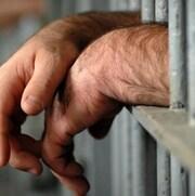 Les mains d'un détenu.