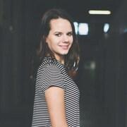 Une jeune femme sourit