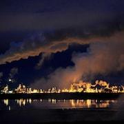 Vue de nuit du site d'extraction de Syncrude à Fort McMurray, en Alberta