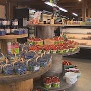 Un kiosque de fruits qui contient des fraises et des bleuets du Québec.