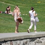 Des jeunes femmes marchent en respectant la distanciation physique.