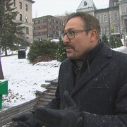Steve Lussier, maire de Sherbrooke, devant l'Hôtel de Ville.