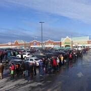 Des centaines de Terre-Neuviens font la queue à l'extérieur du magasin Sobeys.