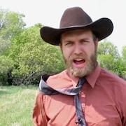Un homme avec un chapeau de cowboy qui crie.