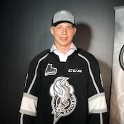 Un joueur de hockey pose pour la photo.