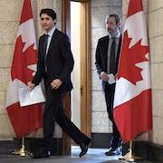 Justin Trudeau marche en compagnie de Gerald Butts.