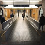 Des gens marchent dans un couloir de l'UQAM.