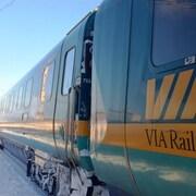 Un train de Via Rail en hiver.