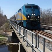 Un train de passagers de Via Rail.