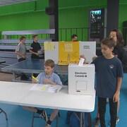 Des jeunes qui votent.