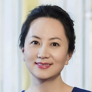 Une femme asiatique portant un vêtement bleu