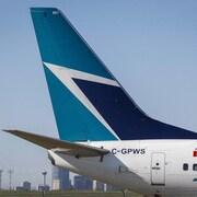 La queue d'un avion WestJet posé à l'aéroport de Calgary.