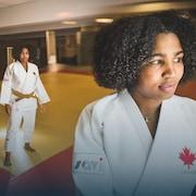 La judoka Ana Laura Portuondo Isasi, sur un tatami, regarde la caméra.