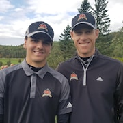 Antoine Roy et Mathieu Paradis côte-à-côte pour la photo au club de golf Bic