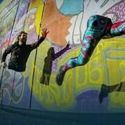 Photo artistique : le haut du corps de Joan Roch tente de rattraper ses jambes.