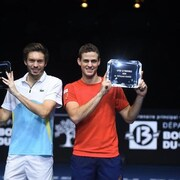 Mahut et Pospisil brandissent leurs trophées.