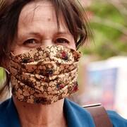 Un femme qui porte un masque