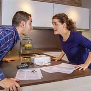 Un couple se chicane au sujet des factures à payer.