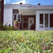 Un bungalow et sa pelouse bien entretenue