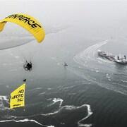 Greenpeace tente de bloquer un pétrolier russe.