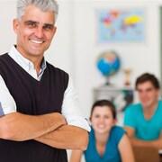 Un enseignant en classe avec ses élèves