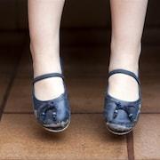 Une petite fille et ses vieux souliers