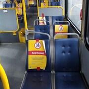 L'intérieur d'un autobus à Vancouver. Des affiches indiquent que les usagers ne peuvent pas s'asseoir sur certains sièges à cause de la pandémie.