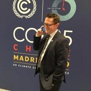 Benoit Charette au téléphone cellulaire en discussion avec Claude, en direct de Madrid.