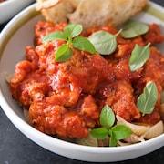 Le plat de pâtes à la sauce tomates.