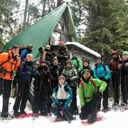 Des élèves du CSF et leur instructeur sourit avec leur équipements de randonnées d'hiver.