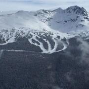 Une montagne enneigée à Whistler, en Colombie-Britannique
