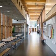 Couloir d'école primaire moderne.