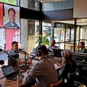 Six personnes assis autour d'une table pour avant de débuter la dernière émission de Grands Lacs café