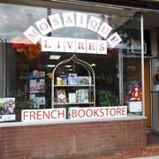 Fenêtre de la librairie Mosaïque de Toronto avec un étalage de livres.
