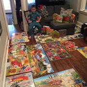 Un enfant entouré par des jeux.