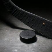 Un baton de hockey et une rondelle
