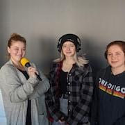 Alexa Szakacs, Émilie McTaggart et Téa Bellerose en studio à Radio-Canada Sudbury